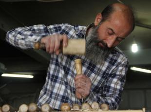 Ermenilerden öğrendiği sanatını 38 yıldır ahşaba işliyor