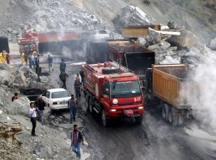 Teröristler iş makinesi ve kamyonları yaktı