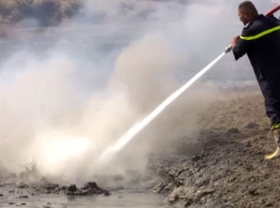 Zehir saçan kükürt fabrikası yanmaya devam ediyor
