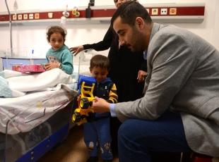 Savaş mağduru çocuklara oyuncak
