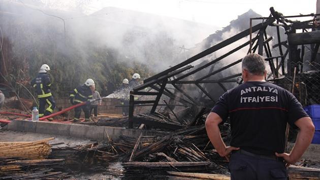 Antalyadaki yangında 3 dükkan ile bir ev kül oldu