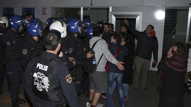 Dernek mühürlemeye gelen polis engellenmek istendi