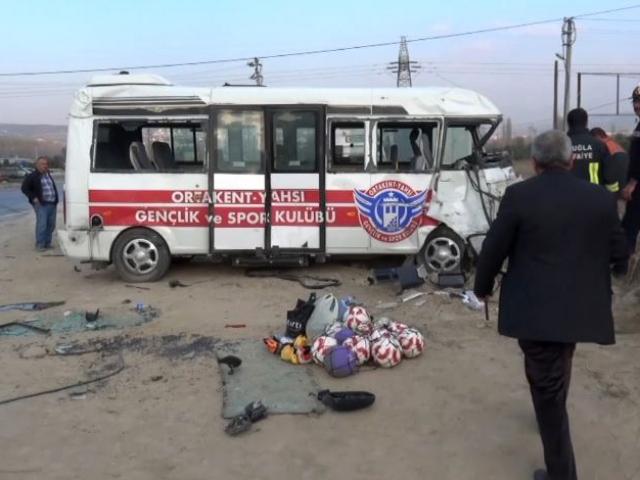 Futbolcuları taşıyan minibüs, otomobile çarptı