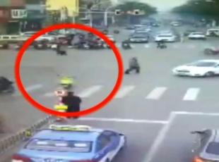 Sürücüsüz motosiklet adama böyle çarptı