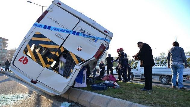 Okul servisi devrildi: 26 yaralı