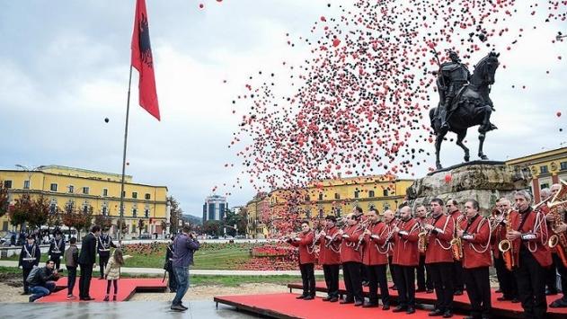 Arnavutlar Bayrak ve Bağımsızlık Gününü kutladı