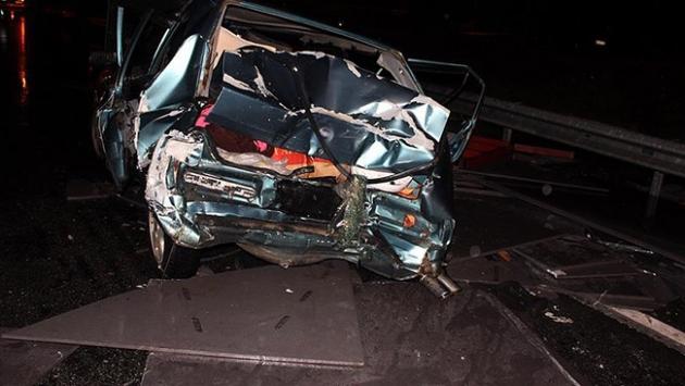 Tırdan otomobilin üzerine granit bloklar düştü: 3 yaralı