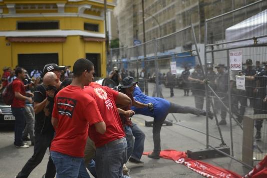 Brezilyada protestocular polisle çatıştı