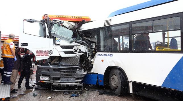 Ankarada belediye otobüsü hafriyat kamyonuyla çarpıştı