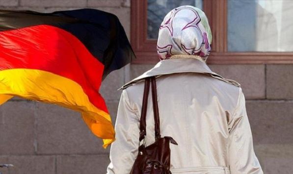 Berlinde başörtülü kız tramvaydan indirildi