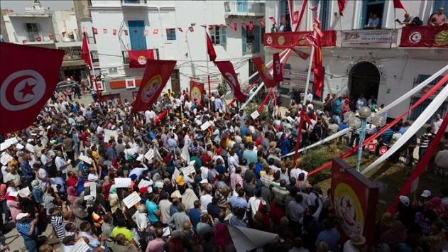 Tunusta binlerce öğretmen gösteri düzenledi