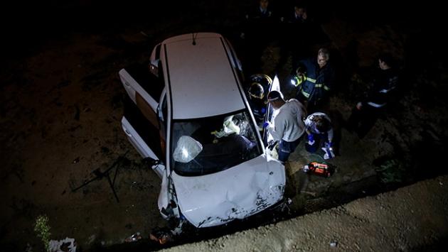 Otomobil dereye devrildi: 1 ölü, 1 yaralı