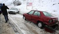Erzincanda kar sürücülere zor anlar yaşattı