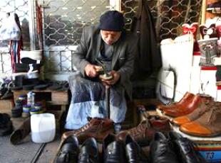 60 yıldır aynı köşede ayakkabı tamir ediyor