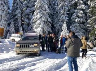Karda mahsur kalanları Off-Roadcular kurtardı
