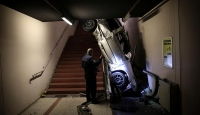 Bursada otomobil metro yaya alt geçidine yuvarlandı