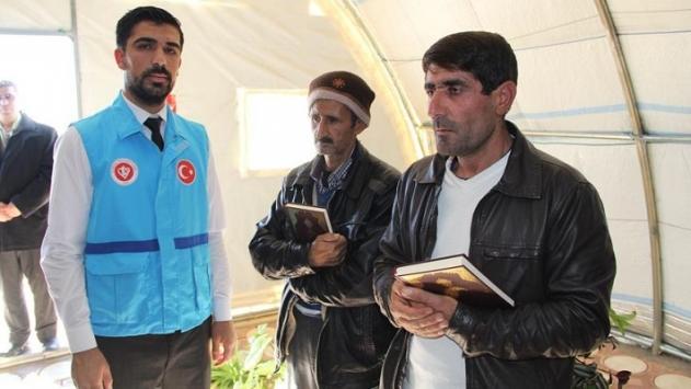 Suriyeli sığınmacılara Kuran-ı Kerim hediye edildi