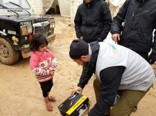 İdlibe getirilen 100 aileye gıda malzemesi ve ayakkabı dağıtıldı