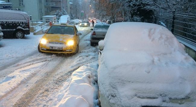 Ankarada yoğun kar yağışı ulaşımı aksattı