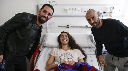 Barcelonalı futbolcular çocuklarla