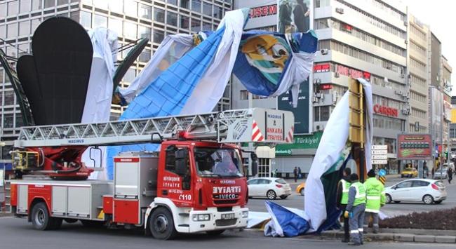 Şiddetli rüzgar Ankarada reklam panosunu uçurdu