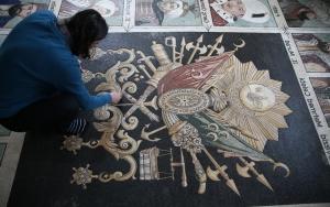 Osmanlı padişahlarını 1.5 milyon taş kullanarak resmetti