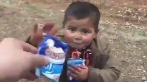 Mehmetçik'ten Suriyeli minik çocuğa çikolata ikramı