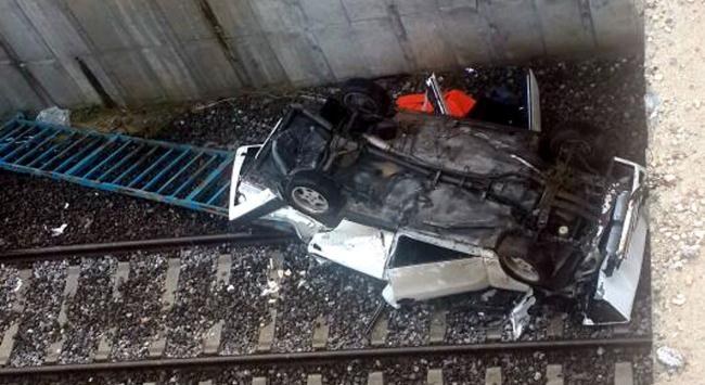Manisada otomobil üst geçitten düştü: 1 ölü, 1 yaralı