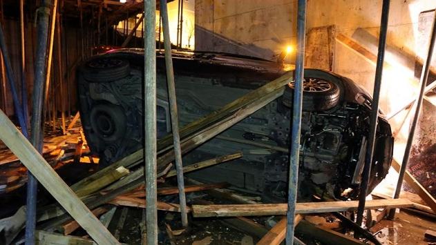 Polisten kaçarken aracıyla inşaata girdi