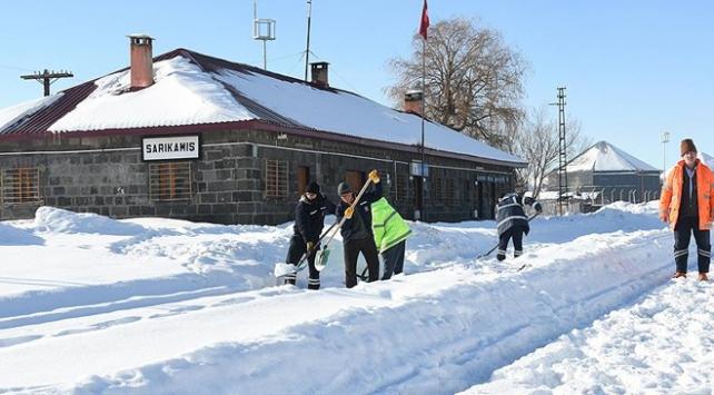 Demiryolu işçilerinin karla mücadelesi