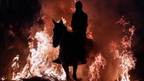 """Atlar ateş üstünde """"günahlarından arındı"""""""