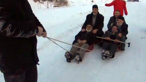 Dedelerin leğenlerle kayak keyfi