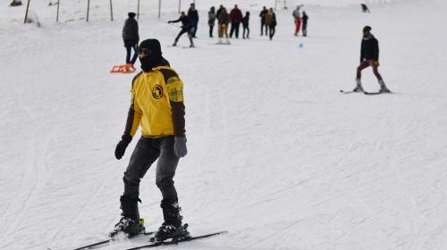 Güneşli havada kayak keyfi