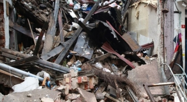 İstanbul Fatihte 3 katlı bina çöktü