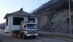 Baba yadigarı evini kamyonla taşıdı