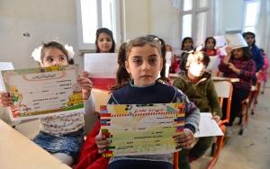 Suriyeli öğrencilerin karne heyecanı