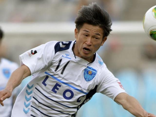 49 yaşında Profesyonel Ligde futbol oynuyor