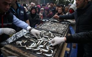 Bursada 1 ton hamsi dağıtıldı