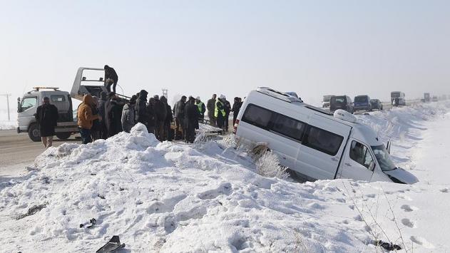 Erzurumda zincirleme trafik kazası: 32 yaralı