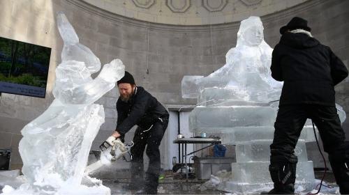 3 tonluk buz kütlelerinden heykel yaptılar
