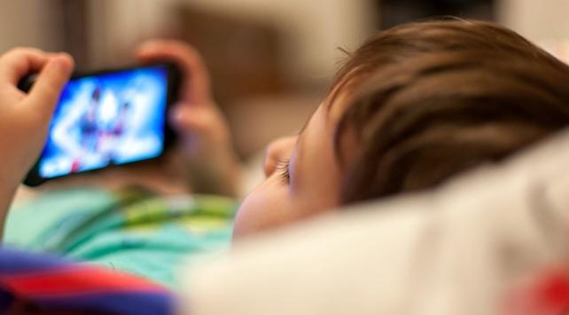 Çocuğa çok küçük yaşta telefon, tablet almayın