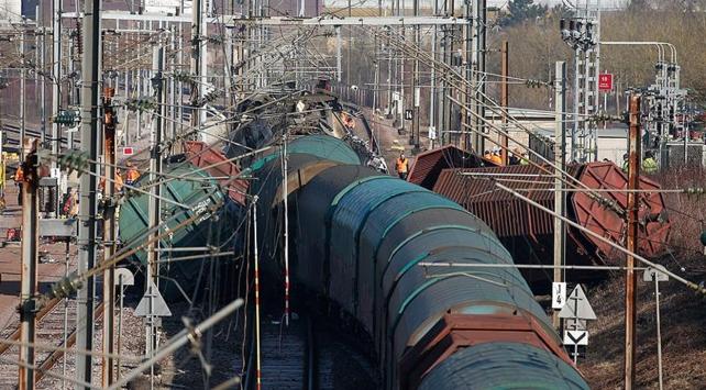 Yük treni ile yolcu treni çarpıştı: 1 ölü