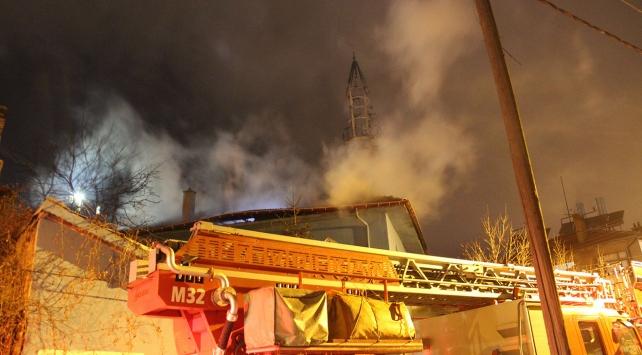 Konyada caminin çatısında yangın