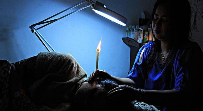 Endonezyada kulak temizliği kulak mumu ile yapılıyor