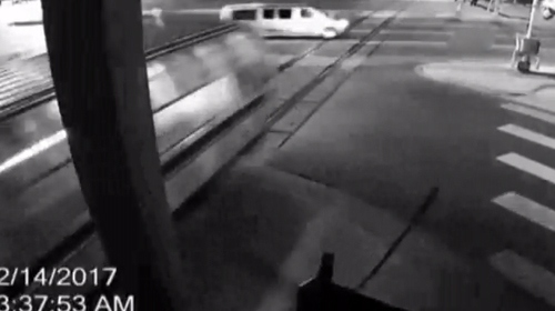 Hızla gelen tren minibüsü biçti