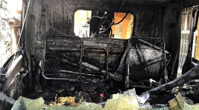 Elektrik arızasına giden araç yakıldı