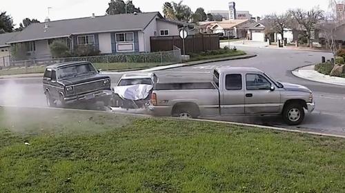 Kadın sürücü park halindeki araçlara çarptı