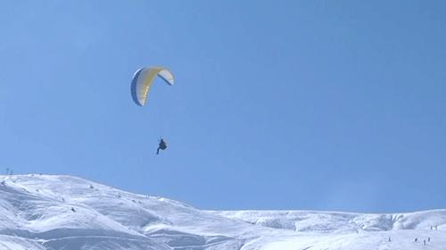 Muşta karlar altında yamaç paraşütü