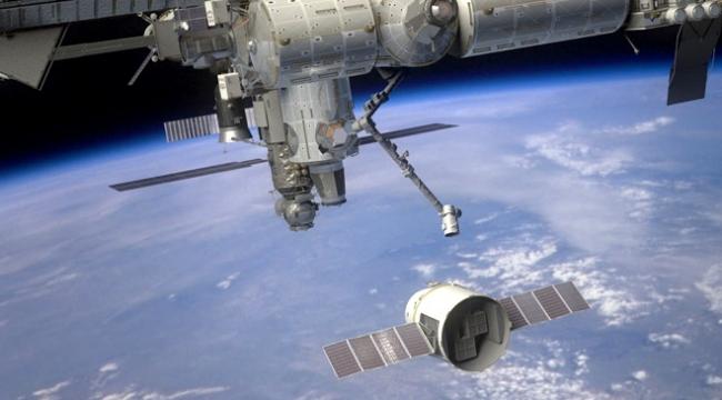 """SpaceXin """"Dragon"""" mekiği UUİye ulaştı"""