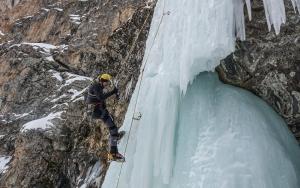Dağcılar buzul şelalesine tırmanış yaptı
